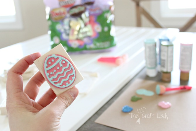 Follow this easy tutorial to make fun Easter treat bags - perfect for spring crafting!