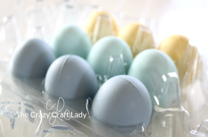 Follow this simple tutorial to make chalk paint Easter eggs.  This is the perfect Easter craft - speckled eggs are so popular in spring decor right now!