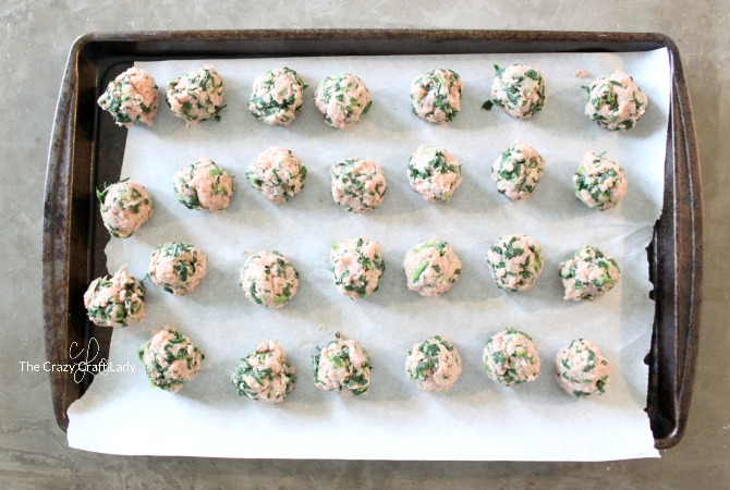 Whip up these easy 4-ingredient turkey + spinach meatballs for a quick and healthy weeknight dinner! Bake them in the oven to save time and make for easy clean up!