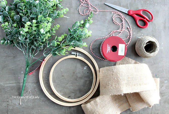 Simple DIY winter boxwood embroidery hoop wreath - Follow this tutorial and learn how to make an easy and beautiful wreath, perfect for decorating through the winter.