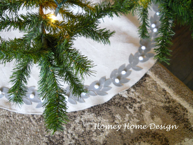 DIY Christmas Tree Skirt Ideas: Felt Garland Tree Skirt from Homey Home Design