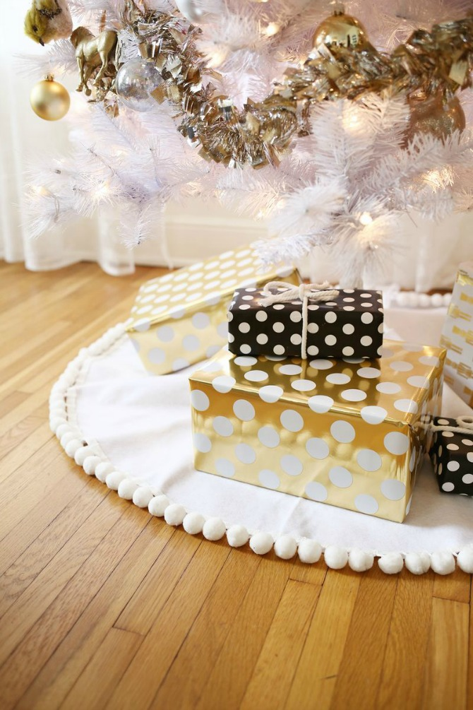 DIY Christmas Tree Skirt Ideas: DIY Pom-Pom Christmas Tree Skirt