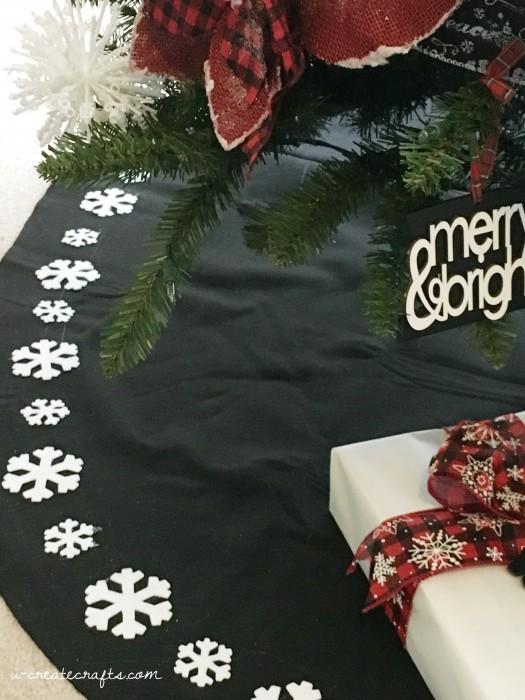 DIY Christmas Tree Skirt Ideas: Snowflake No-Sew Tree Skirt from U-Create Crafts